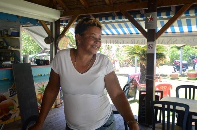 Zamour Garçon, la restauratrice du Salako, à Pompierre, se morfond. Il est midi et seuls deux personnes sont installées à table. La putréfaction des sargasses fait fuir les clients.
